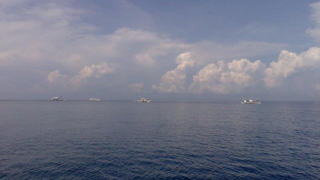 O mar em Donsol e outros barcos em busca dos tubarões-baleias...
