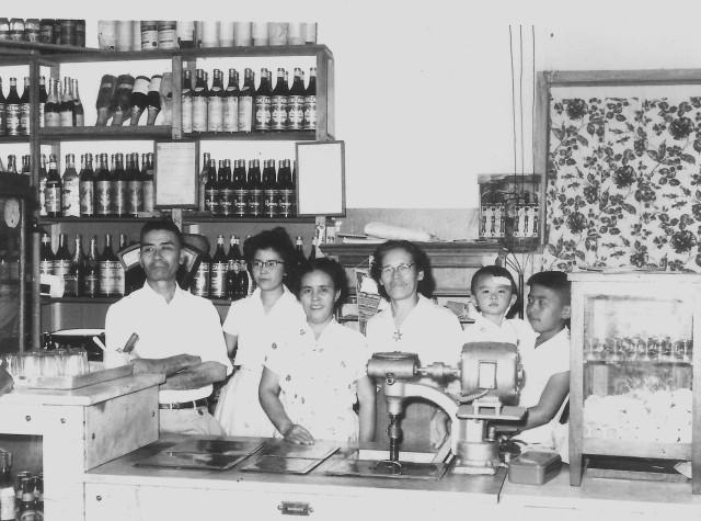 O bar dos Kawazoe, em Pompéia! Meu ditchan, à esquerda, e minha batchan, no centro da foto