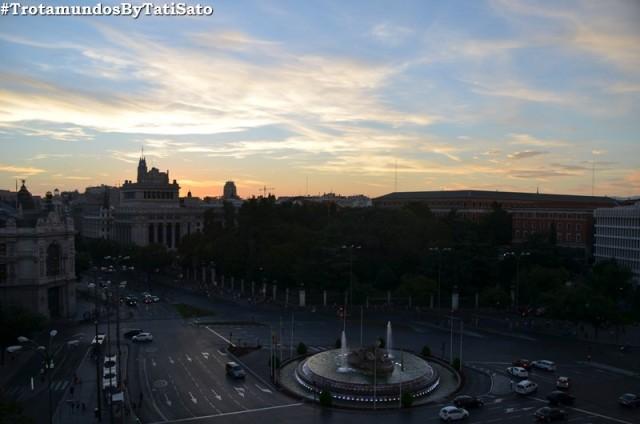 Um dos pores do sol incríveis, na Plaza de Cibeles, em Madrid